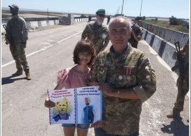 Запорожский волонтер организовал пикет на админгранице с Крымом