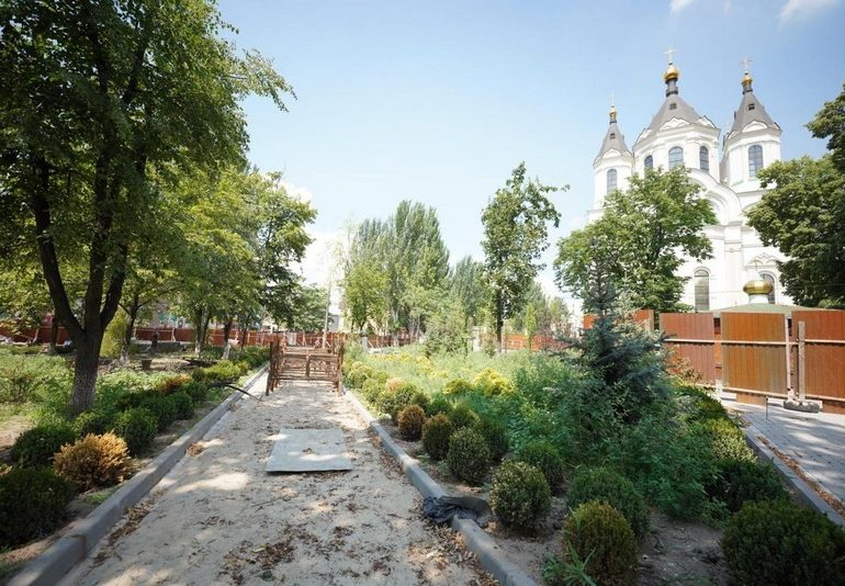 В Запорожье завершается реконструкция сквера Пионеров (фото)