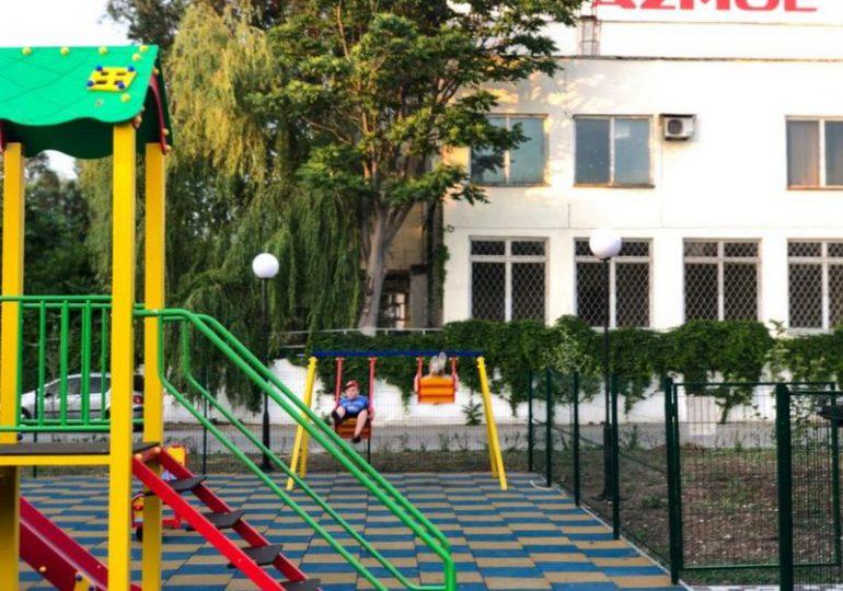 В Бердянске АЗМОЛ открыл современную детскую площадку