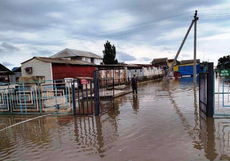 В Акимовском районе спасатели откачивают воду с территории баз отдыха