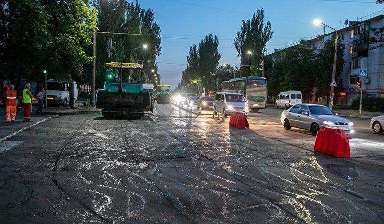 В Запорожье дороги ремонтируют круглосуточно
