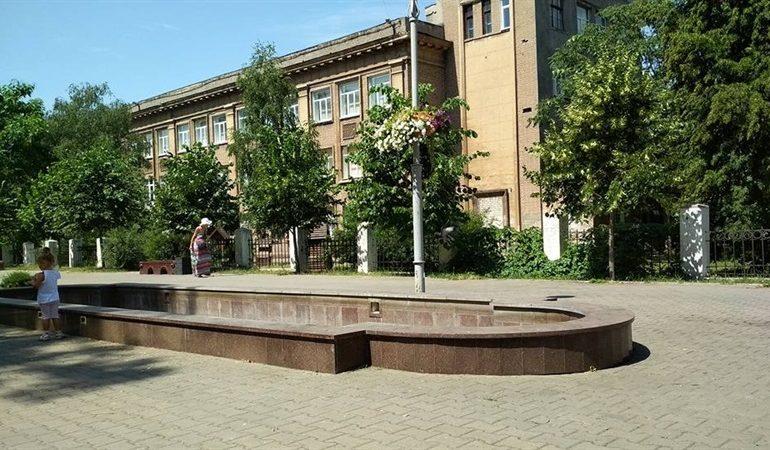 В Запорожье разграбленный фонтан пока остается без воды