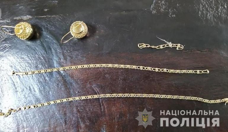 На Запоріжжі встановили особу зловмисника, який підозрюється в пограбуванні жінки