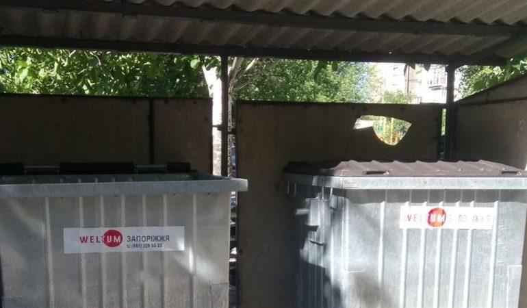 В Запорожье жители многоэтажного дома сами построили контейнерную площадку