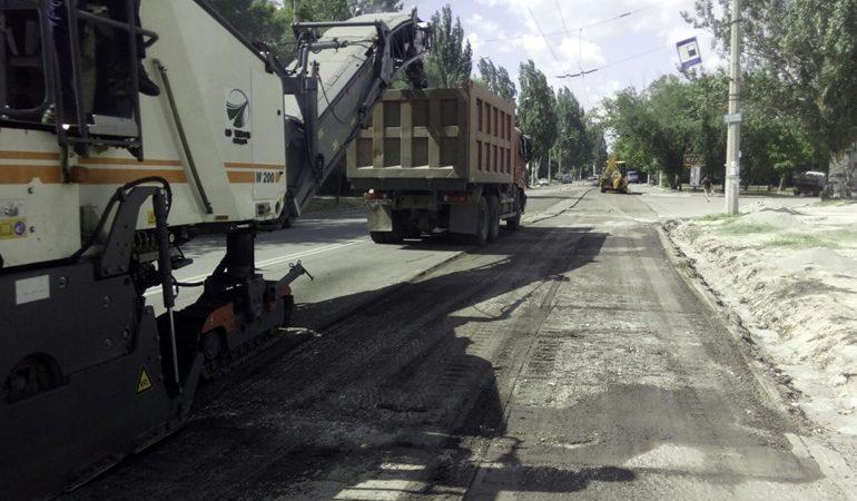 В Коммунарском районе Запорожья ремонтируют магистральные дороги