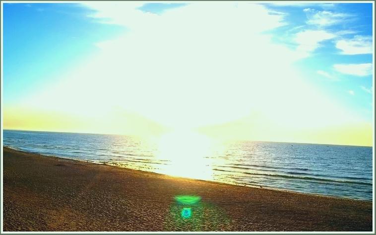 В Запорожской области на берегу моря замечена летающая тарелка (фото)
