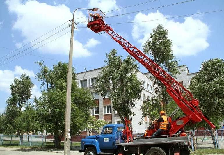 В Південному мікрорайоні Запоріжжя монтують сучасне LED-освітлення