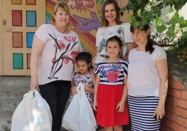 В Энергодре волонтеры раздают гуманитарную помощь детям
