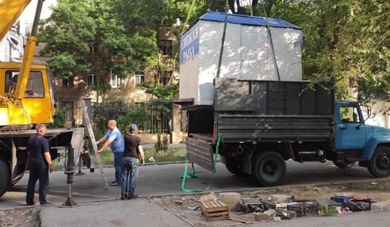 В Запорожье демонтировали незаконно установленный торговый киоск