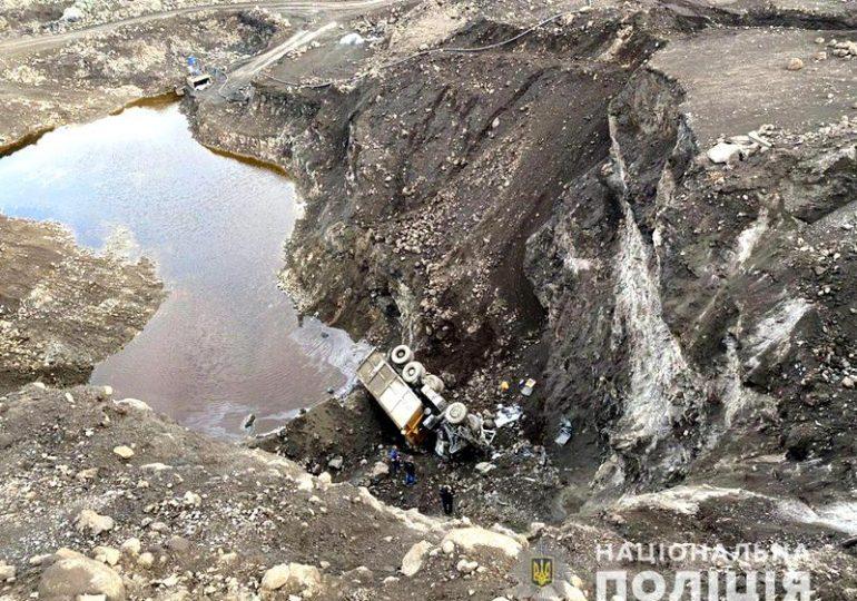 В Запорожье на шлаковых отвалах грузовик сорвался с 25-метровой высоты