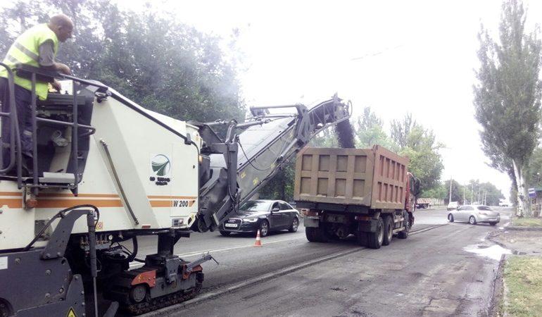 В Запорожье на проспекте 40-летия Победы восстанавливают поврежденное дорожное покрытие