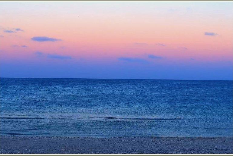 Как в Запорожской области на синем море наступил розовый вечер (фото)