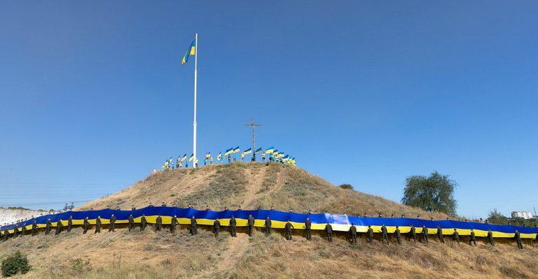 В Запорожье впервые развернули 100-метровый флаг