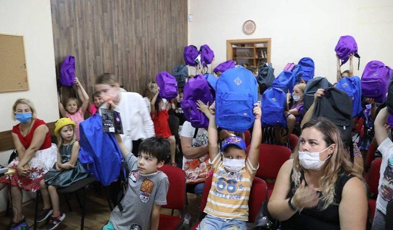 В Запорожье дети вынужденных переселенцев получили подарки к 1 сентября (фото)