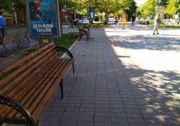 В центре Бердянска начали устанавливать новые лавочки