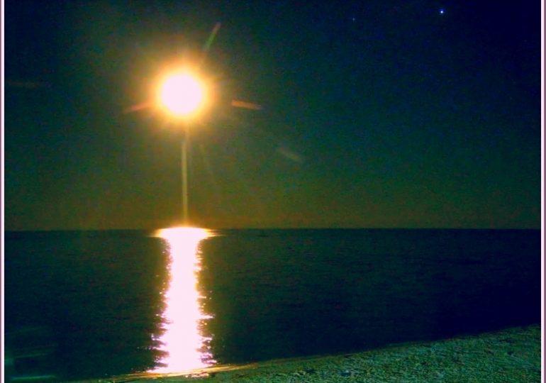 В Запорожской области над морем взошла Осетровая луна