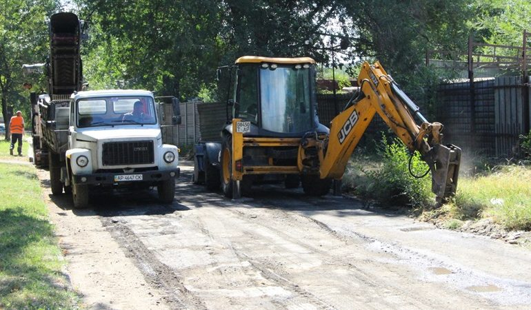 В Запорожье ремонтируют дорогу по улице Волгоградской