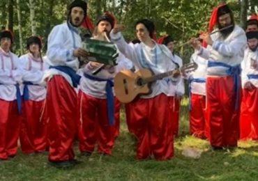Хасиды, застрявшие на границе Беларуси и Украины, исполняют гимн Украины в национальных костюмах (видео)