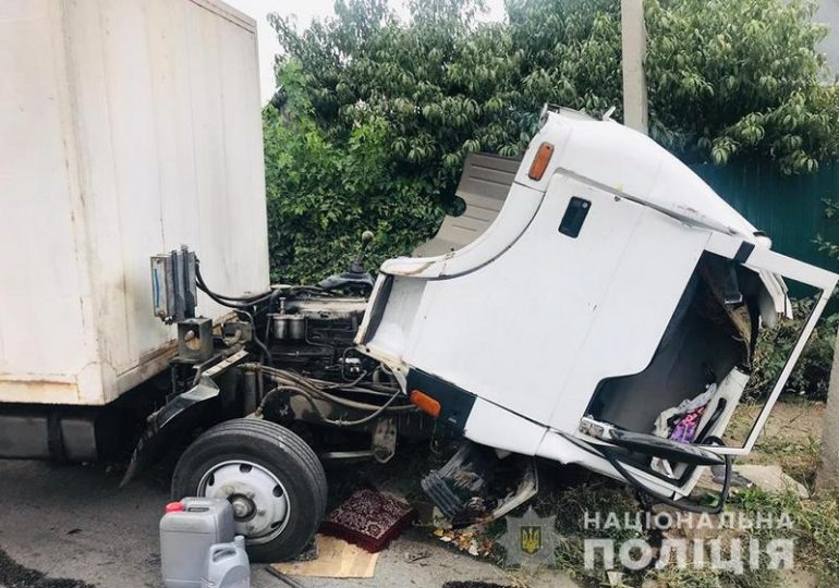 У Запоріжжі поліція встановлює обставини ДТП, в якій загинув водій вантажівки