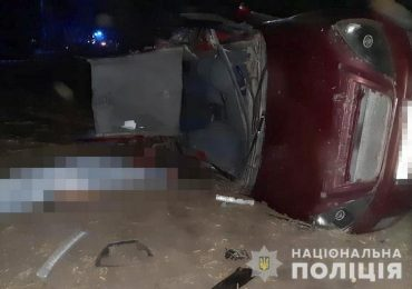 На Запоріжжі поліція встановлює обставини аварії, в якій загинуло троє пасажирів легковика