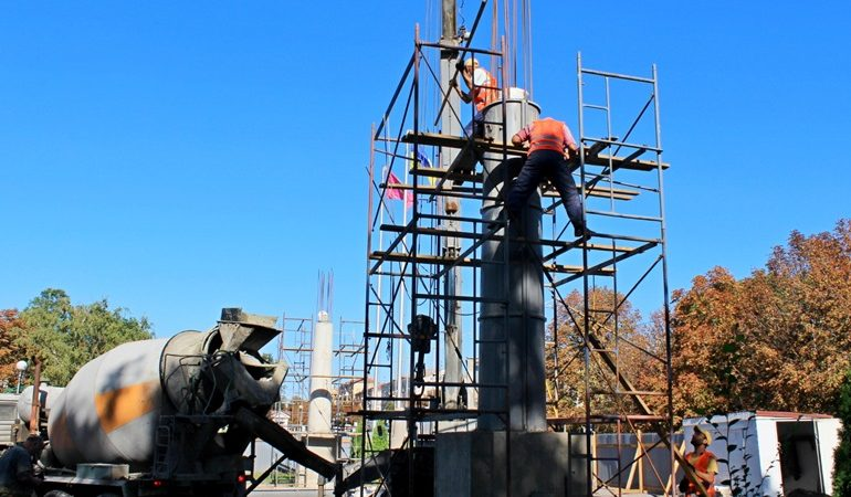 В Запорожье продолжается реконструкция колонн на аллее Трудовой славы