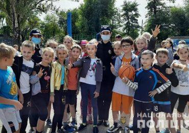 В Запорожье полицейские провели зарядку для учеников начальных классов
