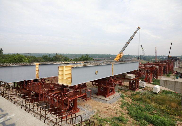 В Запорожье на строительстве мостов через Днепр работы ведутся круглосуточно