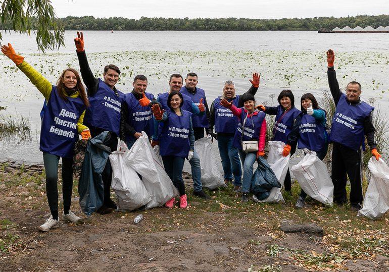 В Запорожье волонтеры навели порядок на берегу Днепра