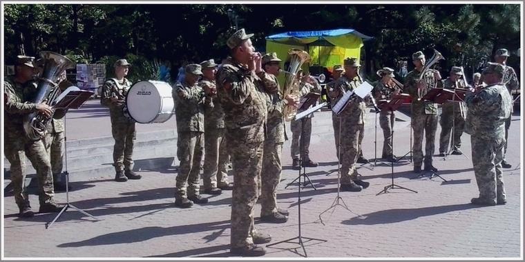 Для запорожцев играл военный оркестр (фото)