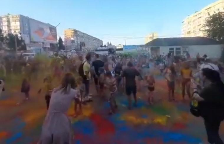 В Мелитополе можно было увидеть разноцветных людей