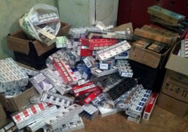 В Мелитополе полиция вывезла сигареты из двух МАФов Центрального рынка
