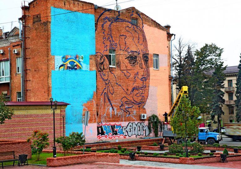 Саша Корбан в Запорожье рисует новый мурал (фото, видео)