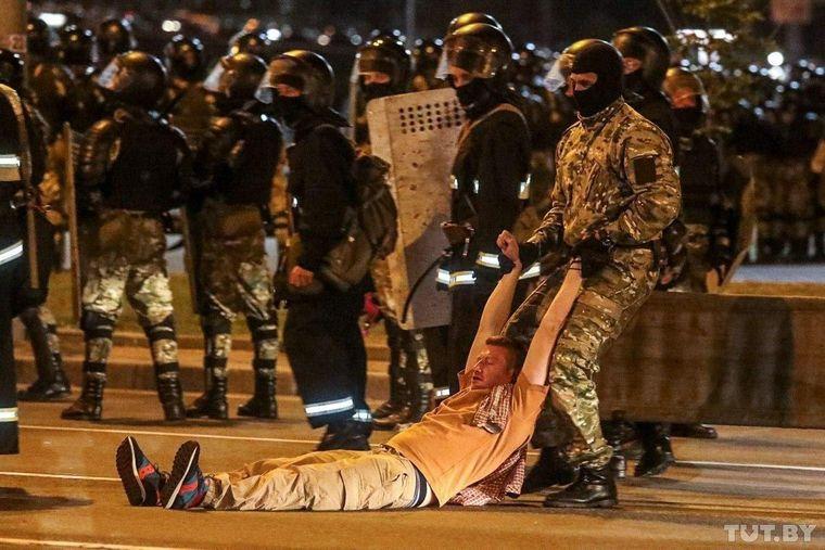 Книга про події в Білорусі: «Я журналіст. Чому ви мене б'єте?»