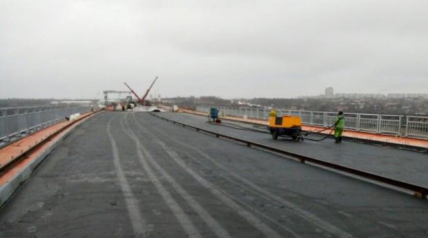 На Балковому мосту через Дніпро укладають водонепроникний асфальт