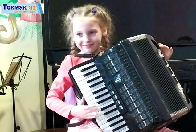 """Юна акордеоністка з Токмака виборола золоту медаль на """"Українському ART клондайку"""""""
