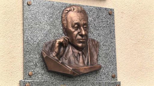 Памятная доска Степану Кравчуну фото