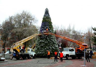 В Запорожье устанавливают городскую елку (фото, видео)