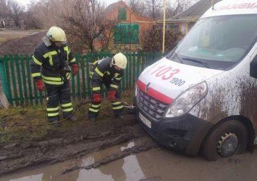 """У Запорізькому районі рятувальники витягли з багнюки карету """"швидкої допомоги"""""""