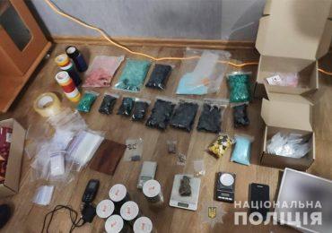 В Запорожской области у двух девушек нашли более тысячи пакетов с наркотиками на миллионы гривен