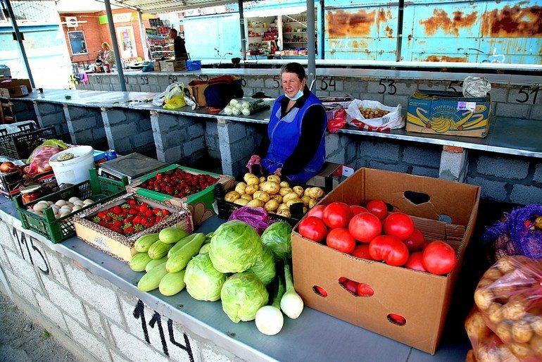 Кто в Запорожье диктует цены на ранние овощи и ягоды