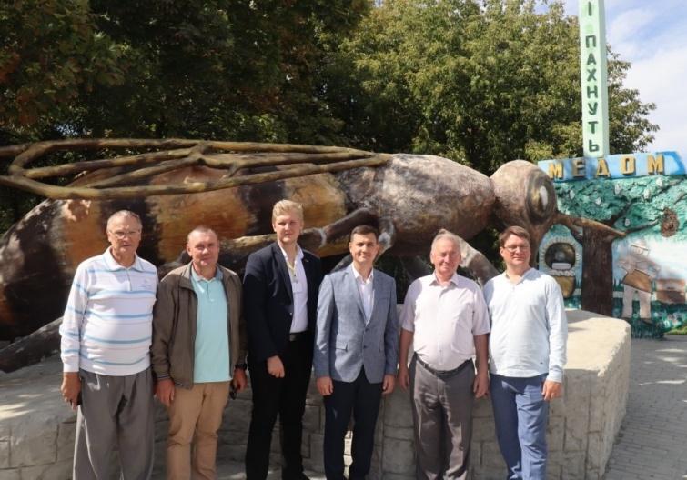 В Запорожской области открыли самый большой в мире памятник пчеле